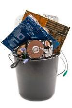 9326112 ordinateur mis au rebut utilise et vieux hardvware isole sur fond blanc